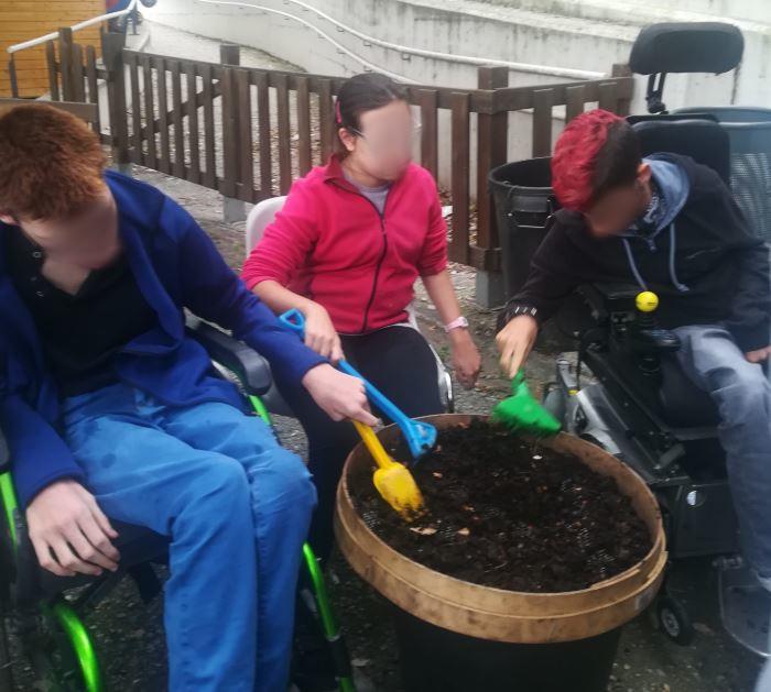 Incrementem el compostatge amb la participació de tota la comunitat educativa