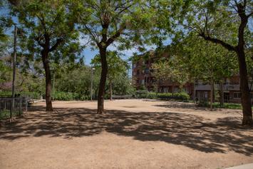 Renovem les zones infantils i la vegetació de la plaça de la Farga