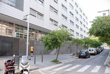 Crear una zona d'ombra entre la residència El Molí i la Torre Júlia
